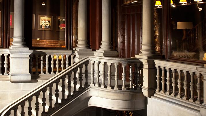 Escalera principal de marmol de  Vincon Barcelona,  una tienda con historia.