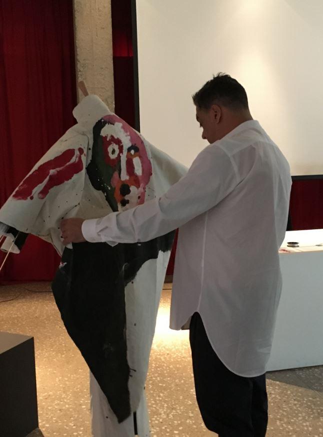 Manu Fernández montando unos de los vestidos que se exponen en ADesignSDR. Fashion Art