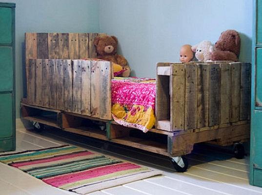 Decoracion de dormitorios para niños. Cama hecha con palets