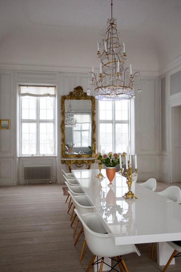 mezcla de estilos en decoración. Sillas modernas en ambiente clásico