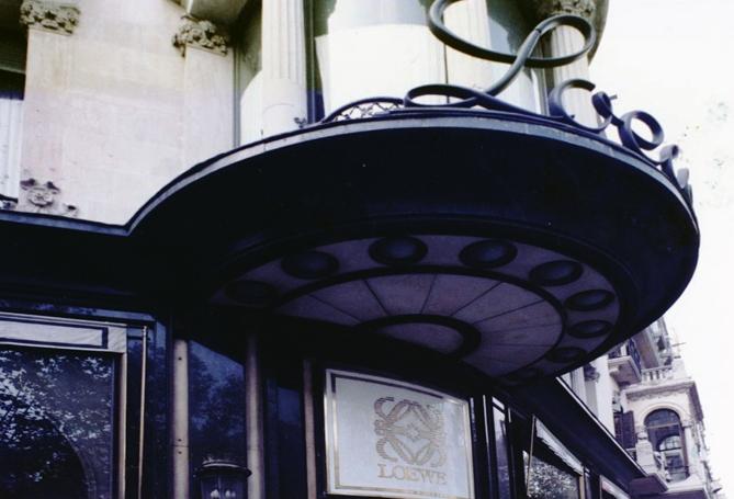 Detalle de la esquina del edificio y entrada a la tienda una vez destruida la fachada.