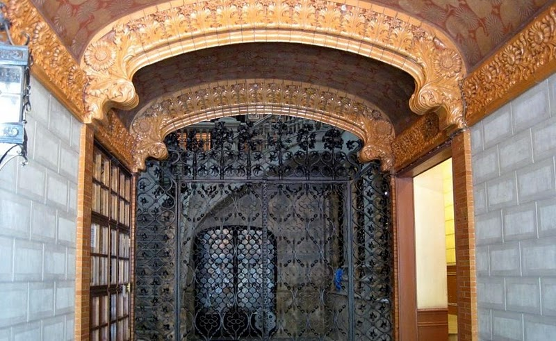 Portería del edificio, realizado con cerámica, madera policromada y hierro forjado. Vincon Barcelona,  una tienda con historia. Fachada de la Casa Casas-Carbó