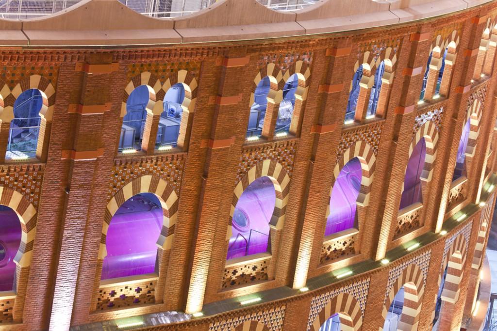 CENTRO COMERCIAL LAS ARENAS, BARCELONA Iluminacion en retail Leds c4 led rgb
