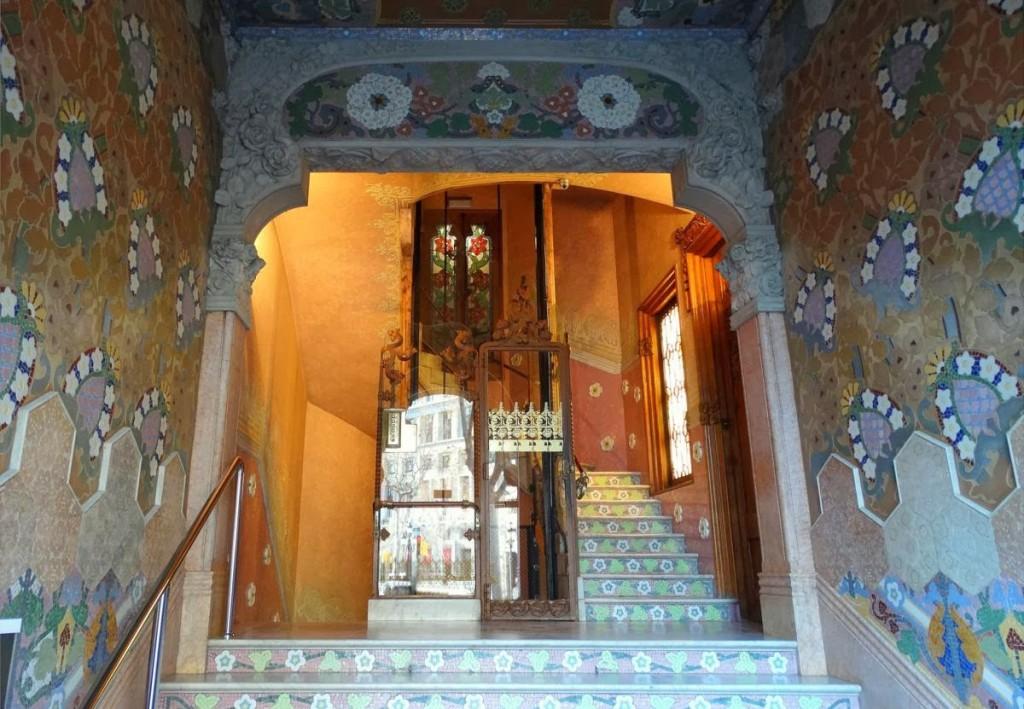 Vestíbulo del edificio con los impresionantes mosaicos.