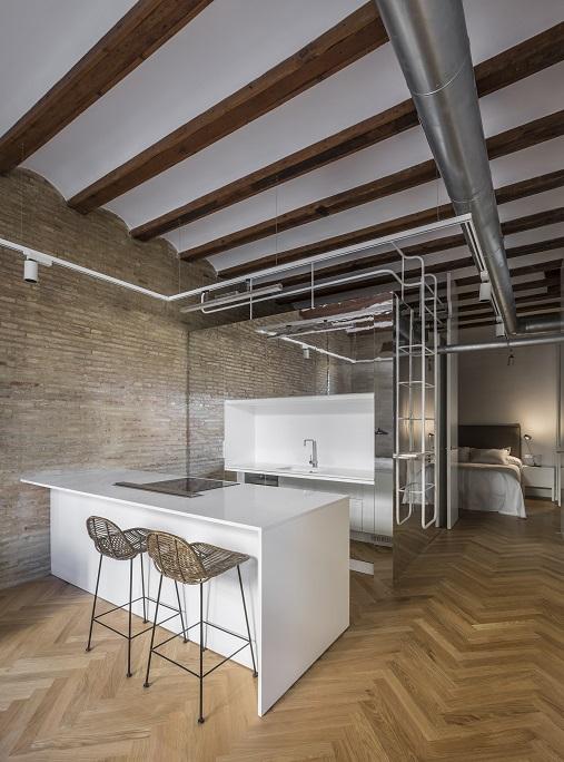 Selecta Home: Rehabilitación de vivienda en Valencia. Casa de alquiler . Cocina abierta con pared de espejo