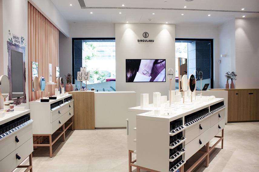 Estudio HUUUN . Tienda SINGULARU Centro Comercial AQUA Valencia exposición joyeria 1