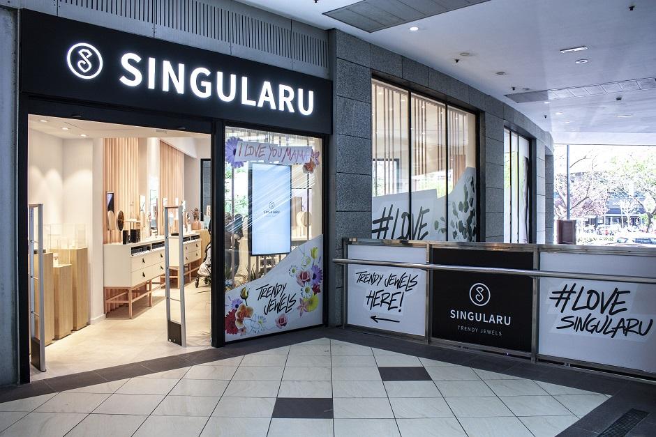 Estudio HUUUN . Tienda SINGULARU Centro Comercial AQUA Valencia exposición joyeria fachada