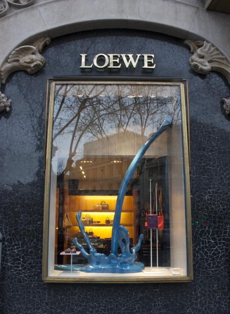Gota azul grande. Escaparate Loewe. Escaparatismo