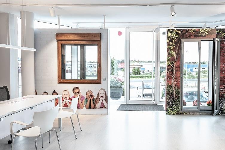 INTERIORISMO CORPORATIVO EN LA EMPRESA. Exposición ventanas ARSAN. Estudio Mara Pardo Foto: David Montero
