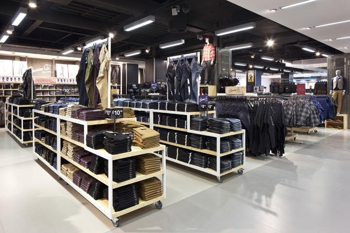 Primark store en Edimburgo, ejemplo de alto coeficiente de ocupación del suelo Visual merchandiding