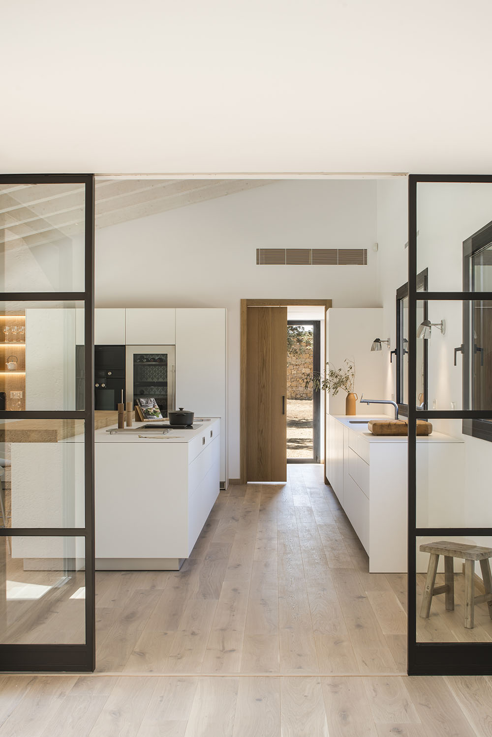 Dise o slow oxygen casa en el empord por susanna cots for Restaurar puertas interior casa