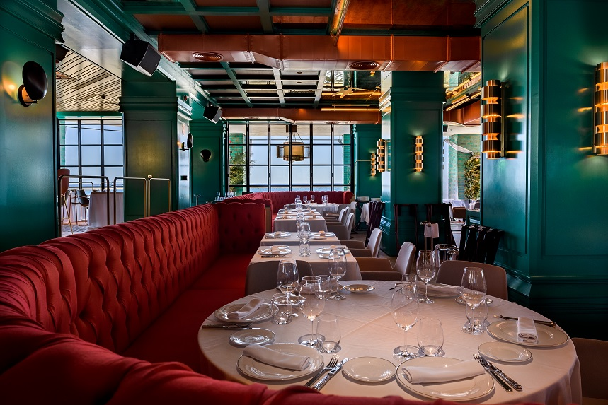 Restaurante Tatel Ibiza . Interiorismo del Studio Ilmio Design Aplique negro Cobra GUBI.