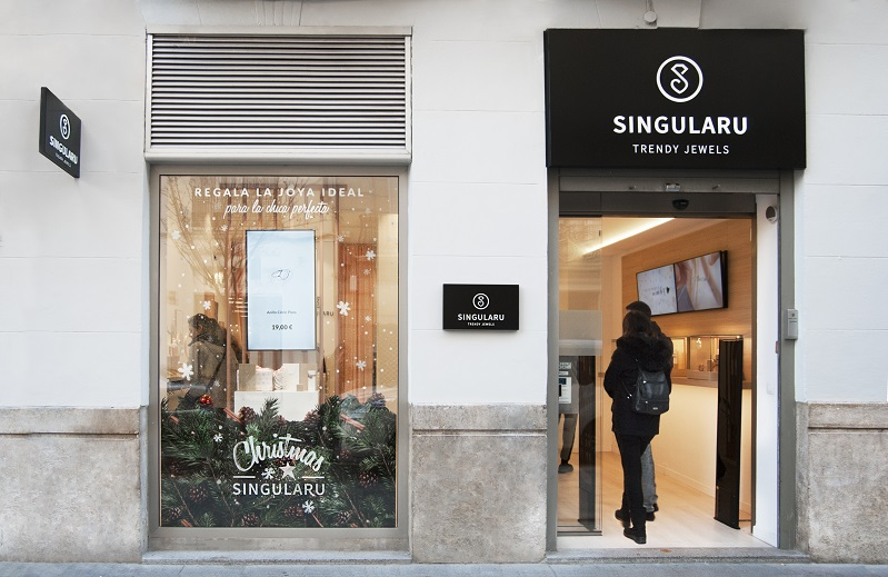 Tienda Singularu Valencia . Bisuteria on line y tienda fisica. Diseño Huuun Estudio Fachada local 1