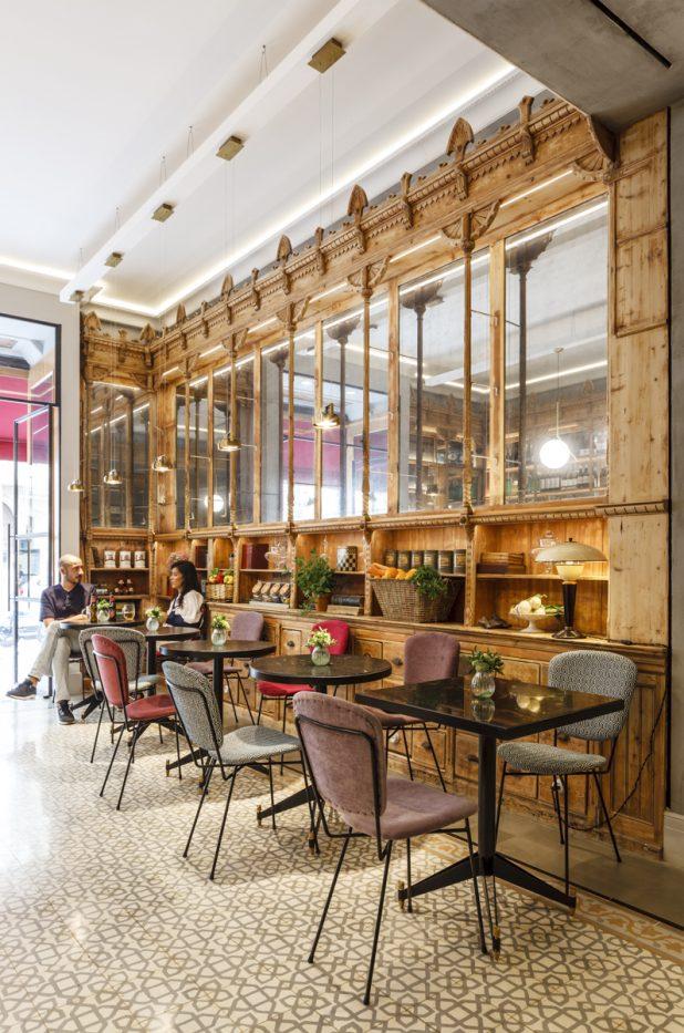 Restaurante we bistror Barcelona. Estanteria madera recuperada y espejos