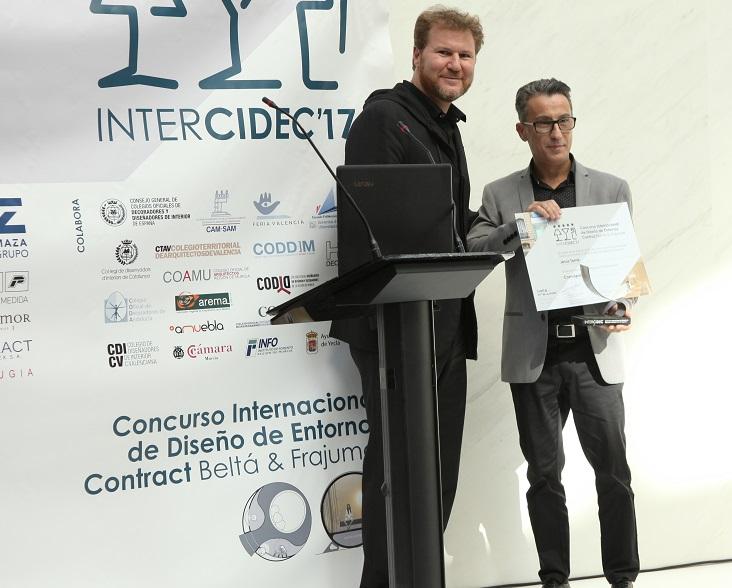 concurso de diseño intercidec 17 ganador primer premio Jesús Torné entrega Diego Gronda jpg