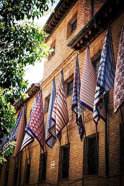 decoraccion 2017 fachada Barrio de las Letras banderas de tela