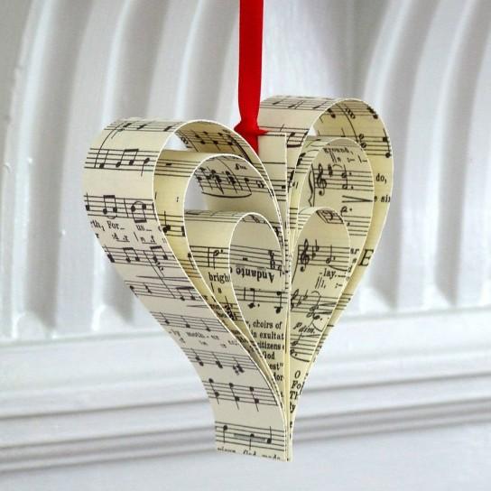 decoracion de navidad divertida. una partitura en forma de corazon