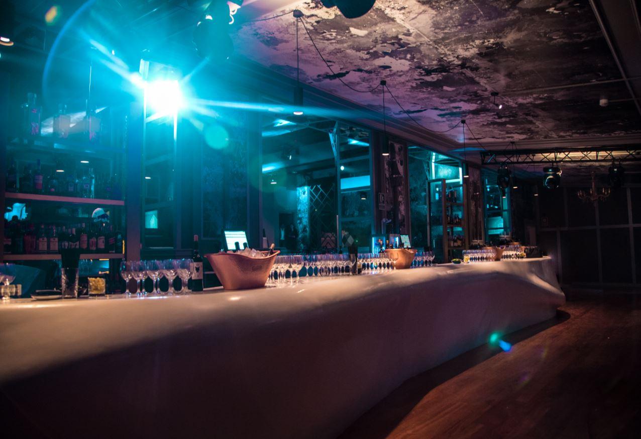 discoteca-blackhaus-madrid-cuarto-interior-diseno-barra-techo