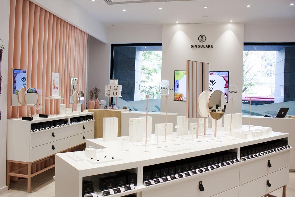 Estudio HUUUN . Tienda SINGULARU Centro Comercial AQUA Valencia exposición joyeria
