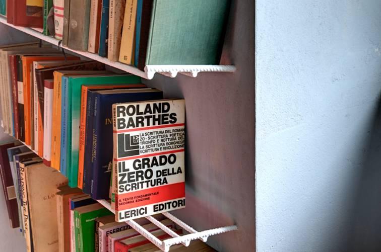 libreria realizzata con tondini di ferro per il cemento armato