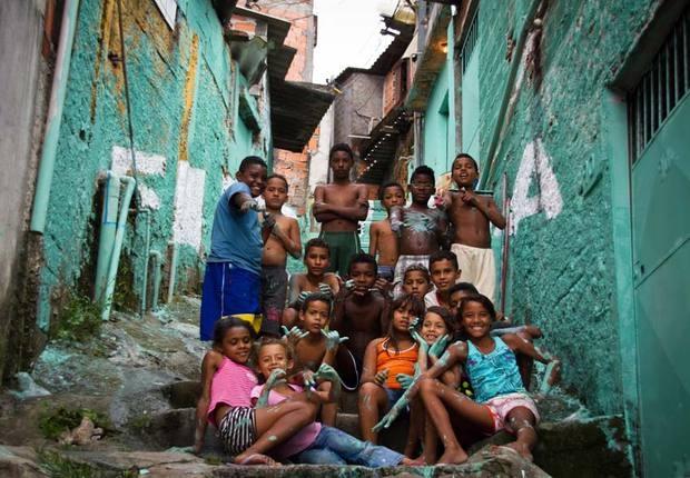 Niños de las favelas de Brasil contribuiendo a la regeneraciónde sus barrios en el proyecto de Boamistura. Foto:web