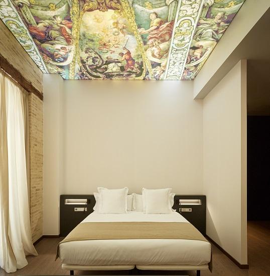 one-shot-hotels-nonna-design-d-zarzoso- One Shot Mercat 09 Valencia. Interiorismo de Nonna Designprojects. Detalle habitaciones hotel. Techo retroiluminado
