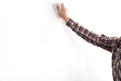 pizarra autoadhesiva paso-uno-limpiar-pared-stonetack pizarra natural adhesiva