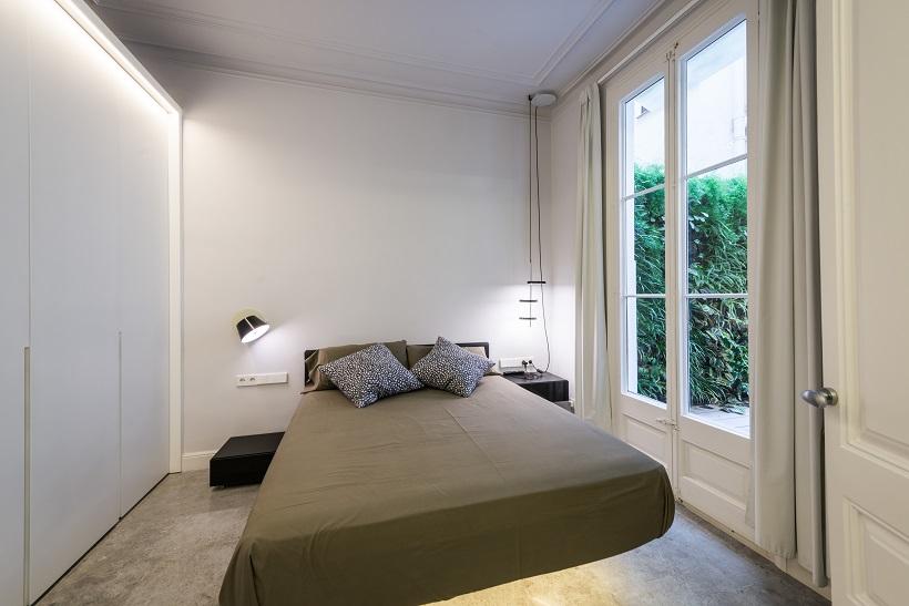piso Ensanche Barcelona diseño de SINCRO. Dormitorio con cama flotante AIR de lago