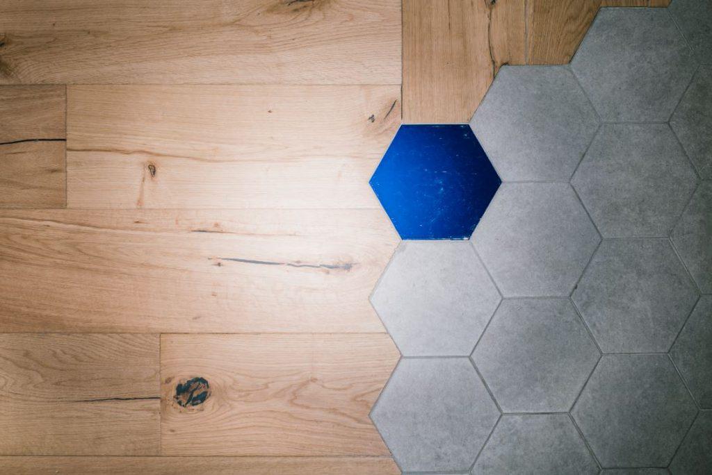 zooco restaurante atrapallada madrid. enxebre . pavimento hexagonal y madera ENXEBRE por Zooco Estudio
