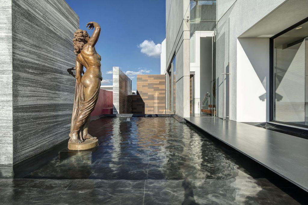 arquitectura lassala orozco Casa puerta al Bosque en Jalisco México. Americas Property Award 2017. Alberca con escultura