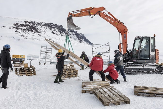 Grúas transportando material ARISTON COMFORT CHALLENGE. Un reto a la Naturaleza. Vivienda modular en el Artico