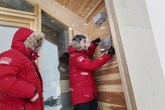 Instaladores ayudando en la construcción ARISTON COMFORT CHALLENGE. Un reto a la Naturaleza. Vivienda modular en el Artico
