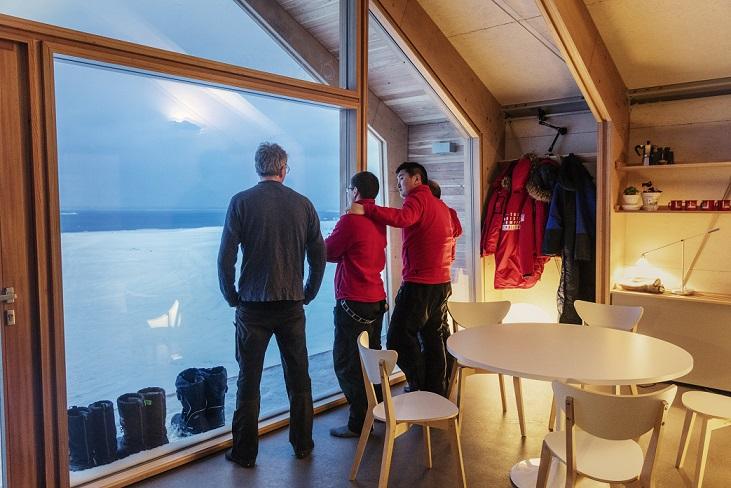 Los tres instaladores de Ariston dentro de la Ariston Comfort Zone junto al profesor Morten Rasch, jefe del equipo de investigación de la Universidad de Copenhague