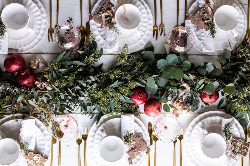 mesas de Navidad originales. Platos blancos centro de hojas natural