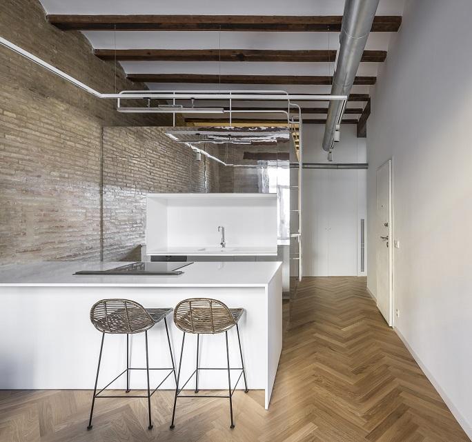 Selecta Home: Rehabilitación de vivienda en Valencia. Casa de alquiler. jOAQUIN jUBERIAS Y Victor Cano Ciborro. Cocina americana con suelo de espiga en madera.