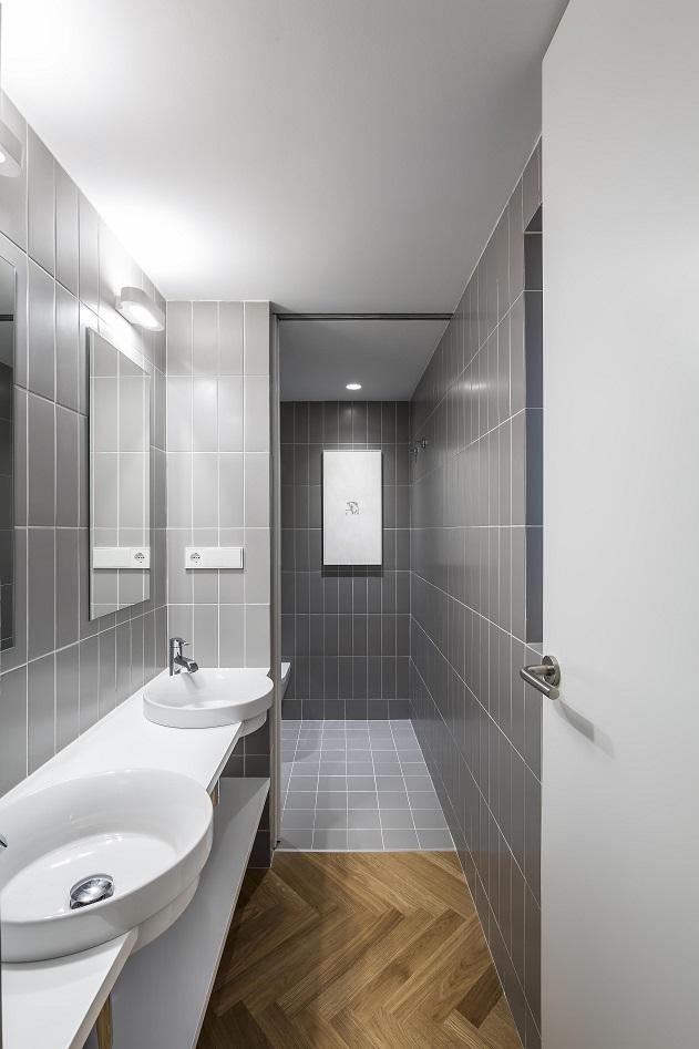 Selecta Home: Rehabilitación de vivienda en Valencia. Casa de alquiler. Baño combinado cerámica y madera