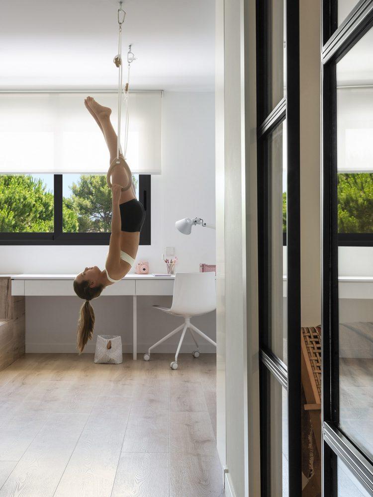 Dawn House. Proyecto de Susanna Cots. Slow Design. Dormitorio juvenil con tarima de madera y escritorio