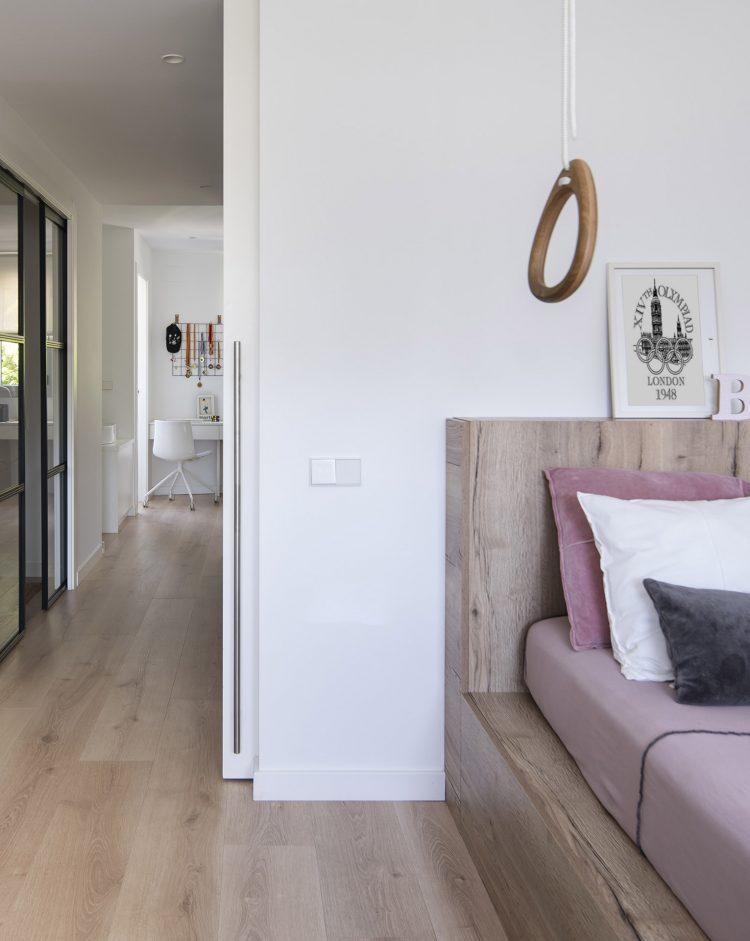 Dawn House. Proyecto de Susanna Cots. Slow Design. Dormitorio juvenil . Cama en tarima de madera y escritorio blanco