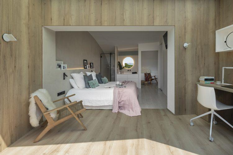 Dawn House. Proyecto de Susanna Cots. Slow Design. Suite principal madera y microcemento con baño incorporado