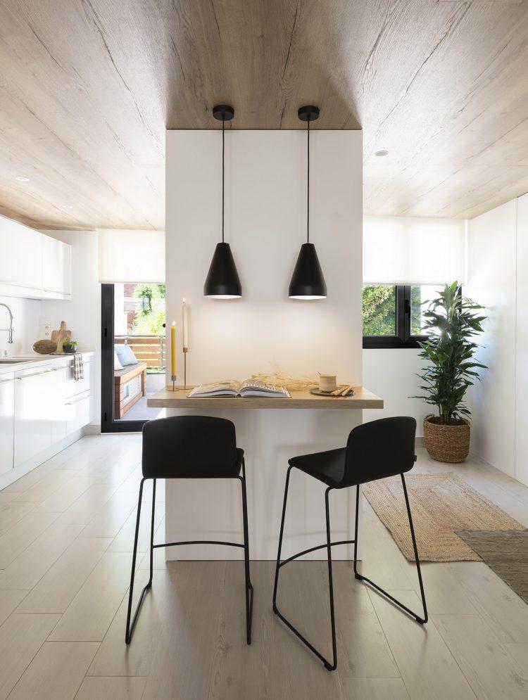Dawn House. Proyecto de Susanna Cots. Slow Design. Cocina unida al salón y barra de madera