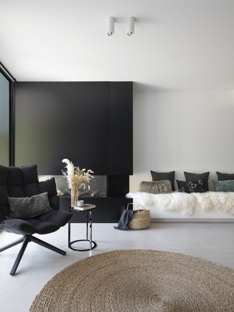 Dawn House. Proyecto de Susanna Cots. Slow Design. Chimenea metálica negra y banco corrido