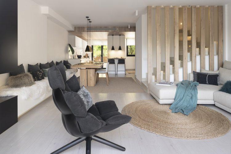 Dawn House. Proyecto de Susanna Cots. Slow Design. Salón Comedor con mesa de madera maciza y banco corrido