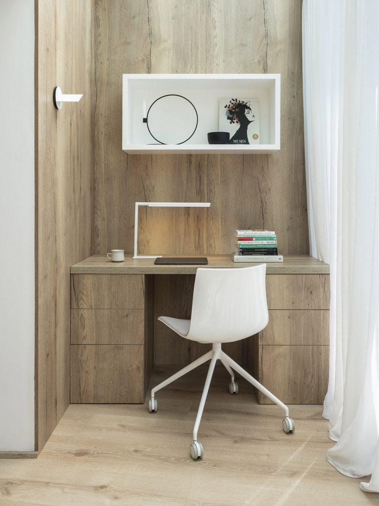 Dawn House. Proyecto de Susanna Cots. Slow Design. Oficina en casa. Suite principal madera y microcemento con baño incorporado