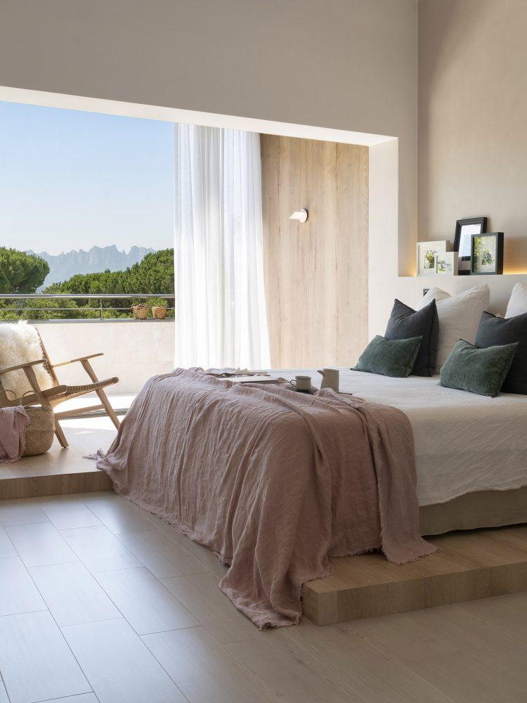 Dawn House. Proyecto de Susanna Cots. Slow Design. Dormitorio principal con tarima de madera