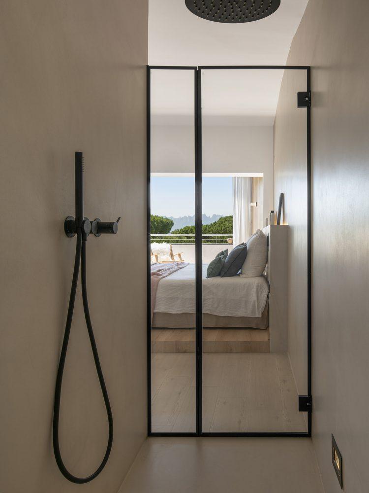 Dawn House. Proyecto de Susanna Cots. Slow Design. Ducha de microcemento con mampara negra. Suite principal madera y microcemento con baño incorporado
