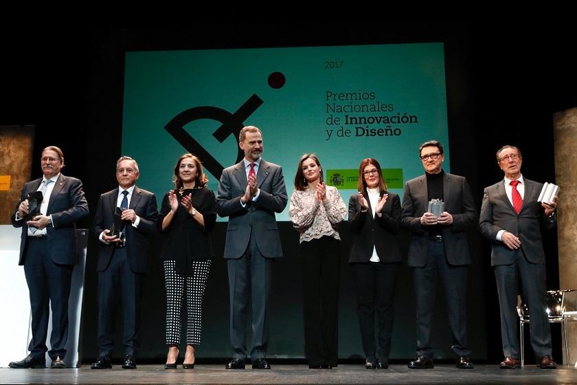 Don Felipe y Doña Letizia en los Premios Nacionales de Diseño e Innovación junto a los premiados