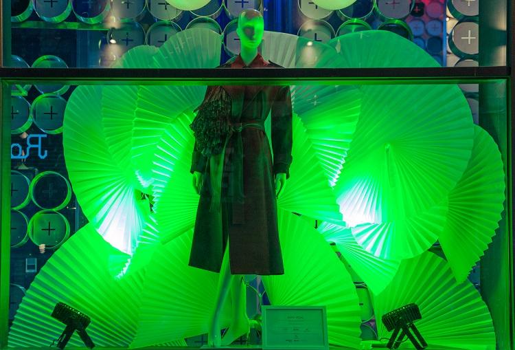7 Diseños de Escaparate por menos de 100 euros . Persianas de Ikea Concurso de escaparates Madrid es Moda y Acme. Diseño moda Juan Vidal . Room Mate. Centro Superior de Diseño de Moda de Madrid