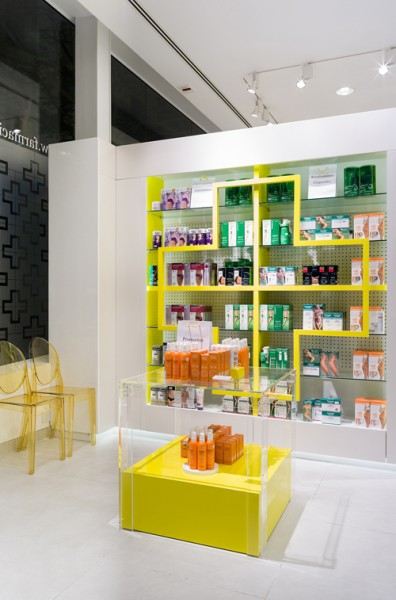 Farmacia-Santa-Cruz_005-by-marketing-jazz-creative-retail-design-396x600