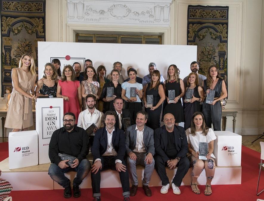 Foto de grupo de los premiados IEDesignAwards 2017 con Laura Sanchez IED MADRID