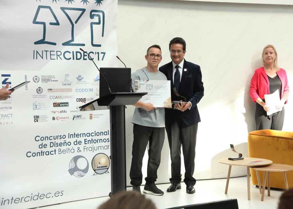 Concurso de diseño Intercidec'17-Trivision- 1º Premio Estudiante concurso de diseño intercidec 17. Entrega Juan Bernardo Dolores, Presidente CIDI